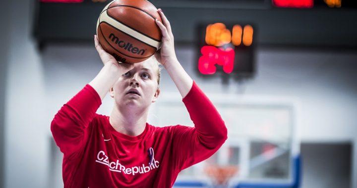 Julia Reisingerová se retiró lesionada del partido contra Dinamarca