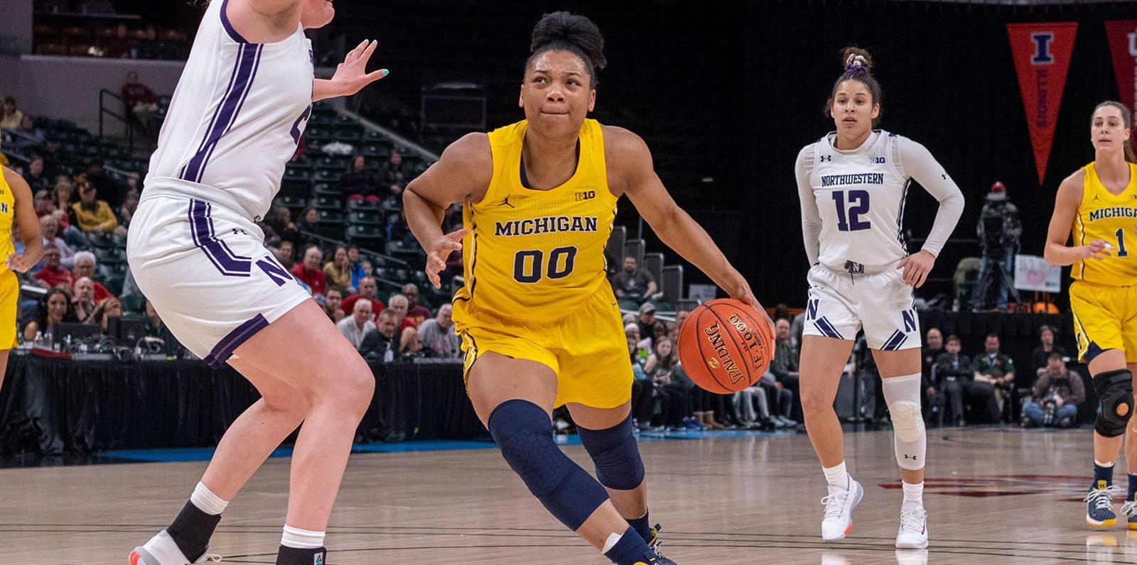 Naz Hillmon, de Michigan, hizo un doble-doble de 50 puntos y 16 rebotes